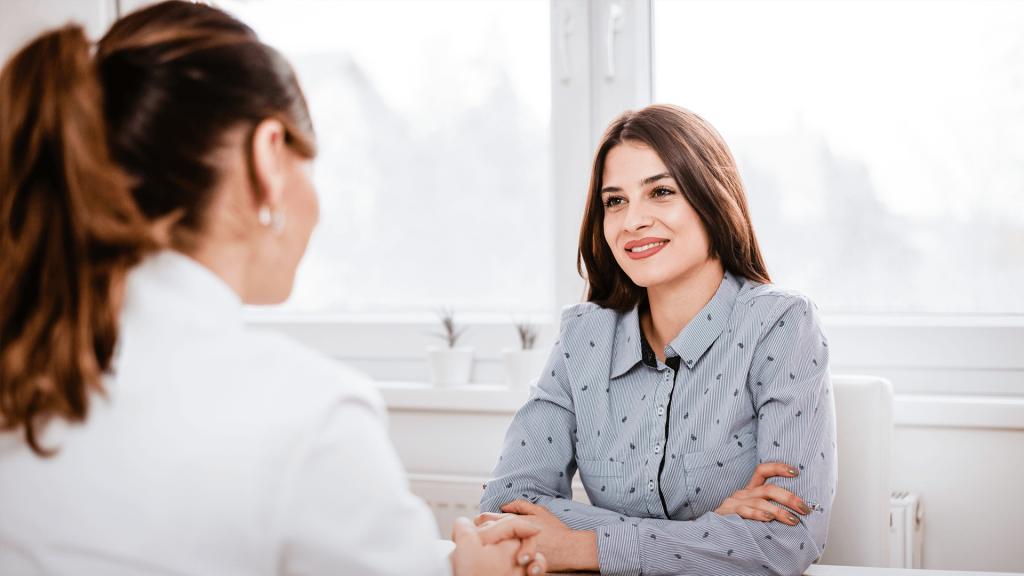 Paciente em consulta de Fonoaudiologia com médica especialista - Cirurgia Ortognática